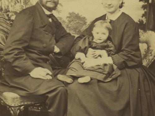 Fritz ja Maria Hirn ensimmäisen lapsensa Julian kanssa