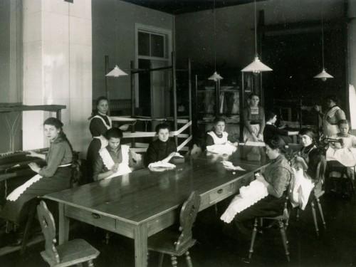 Tyttöjä opettelemassa käsitöitä Porvoon kuurojenkoulussa